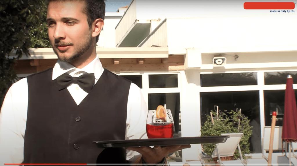videoclip cameriere porta spritz