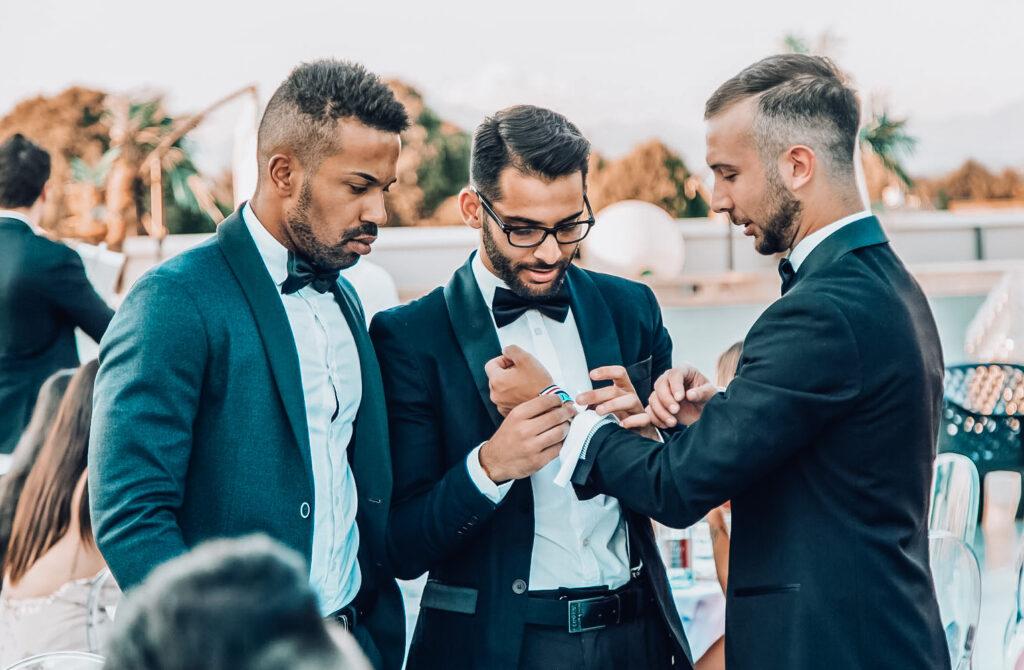 ragazzi in smoking ad una serata di gala per il network marketing