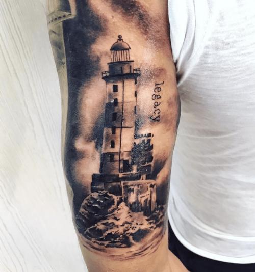 tatuaggio di un faro e scritta Legacy